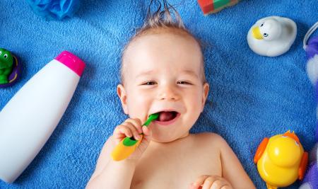 Cuidados com os dentes de leite dos bebês antes de 1 aninho